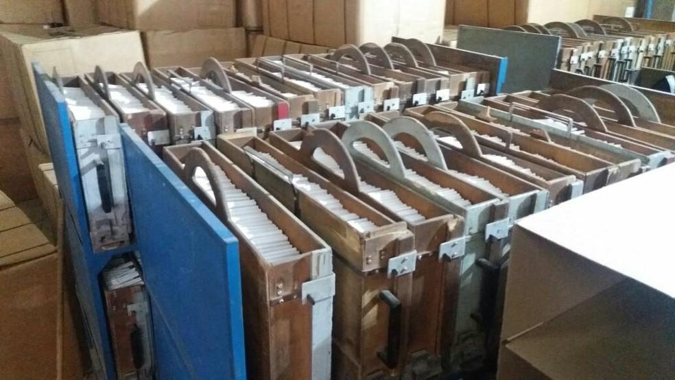 -  Cigarros falsificados foram apreendidos em fábrica clandestina em Abaeté no dia 4 de abril  Foto: Polícia Militar de Abaeté/Divulgação