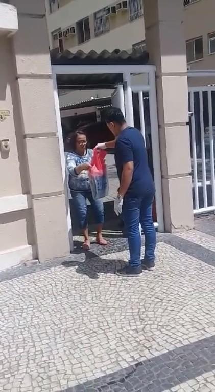 Motoboy solidário faz entregas grátis para que idosos não saiam de isolamento social no RJ