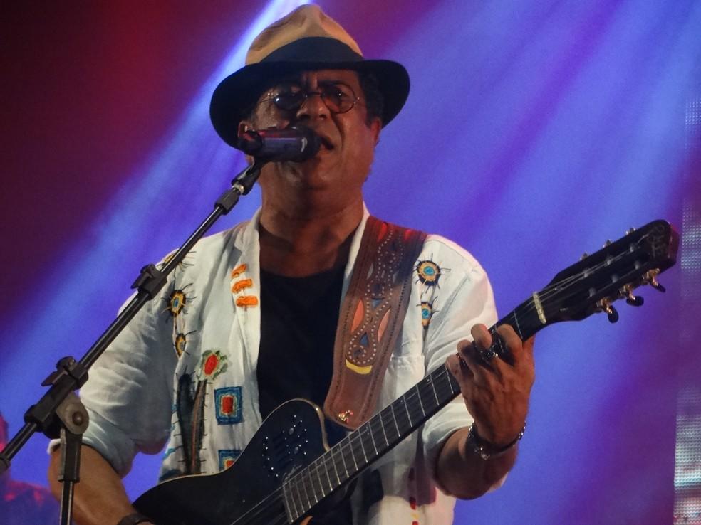 Maciel Melo sob ao palco no palo Vila da Fábrica (Foto: Lafaete Vaz/G1)