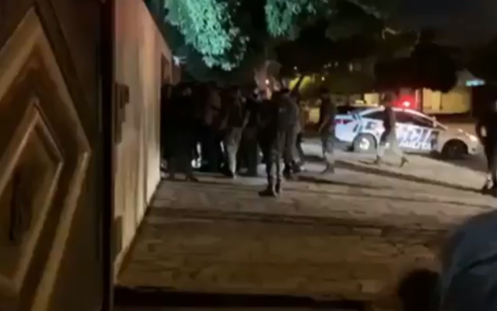Confusão após briga de trânsito entre policial militar e agente penitenciário no Parque Amazônia — Foto: Reprodução/TV Anhanguera