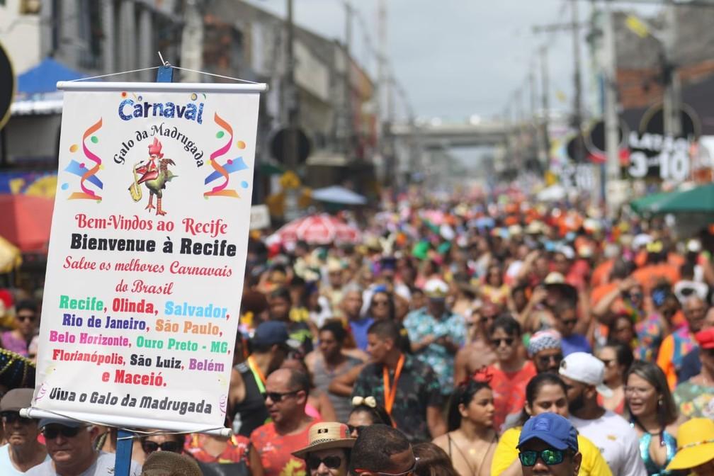 Cartaz no Galo da Madrugada, no Recife, dá as boas vindas a foliões de outras cidades  — Foto: Marlon Costa/Pernambuco Press
