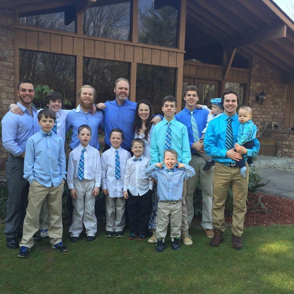 Família com 13 filhos espera por mais um bebê (Foto: Reprodução/Facebook)
