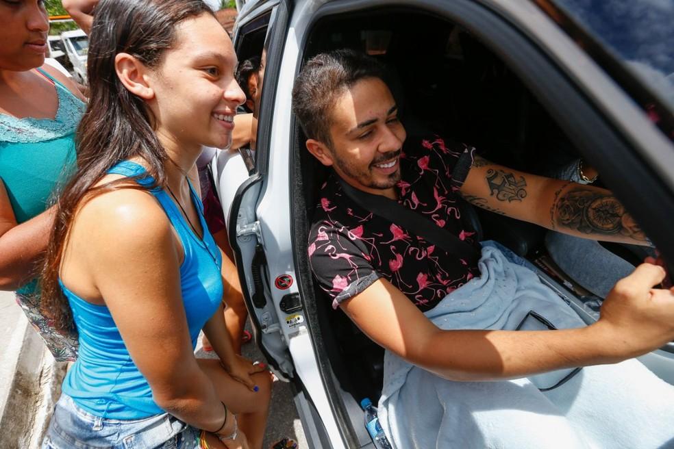 Youtuber alagoano Carlinhos Mais foi um dos convidados. Ele foi tietado por fãs no caminho para a festa (Foto: Felipe Brasil/ Gazeta de Alagoas)