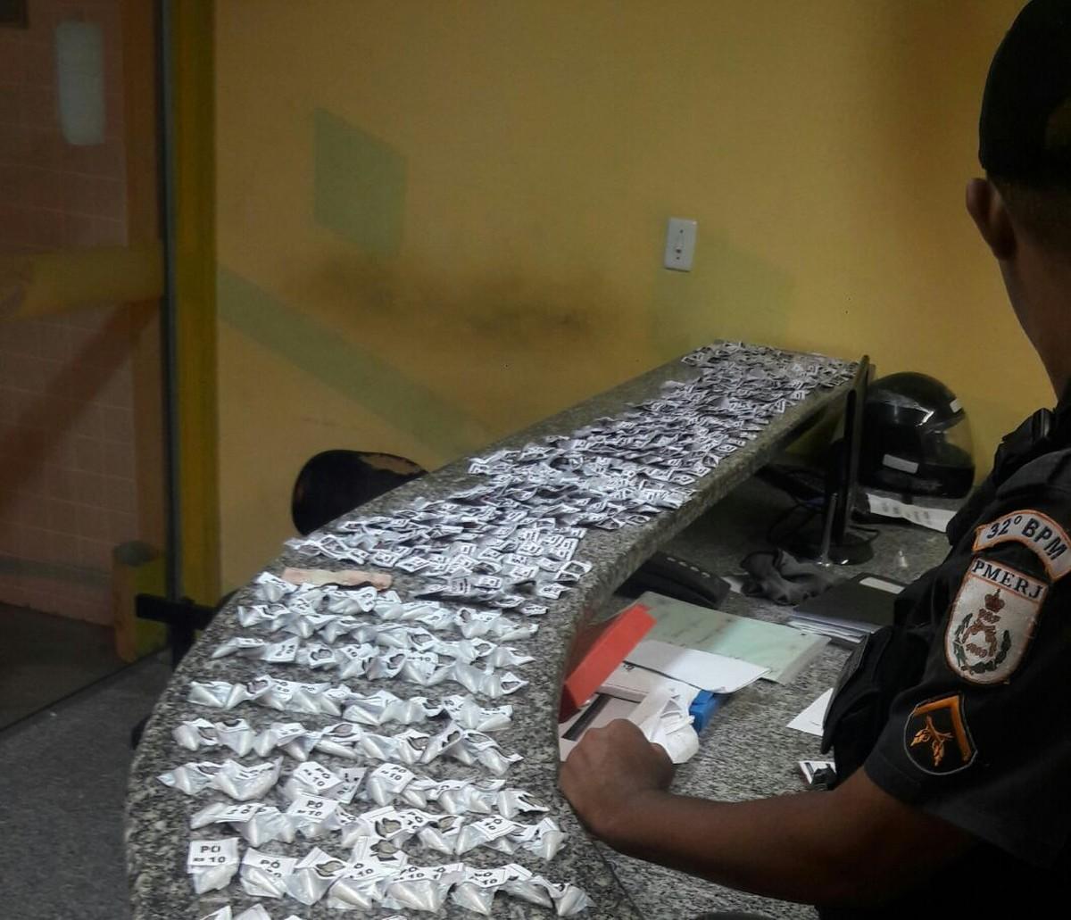 Jovem é flagrada com drogas em uma casa em Casimiro de Abreu, no RJ