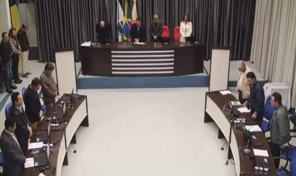 Pedido para minuto de silêncio foi feito pelo vereador Gentil Pereira de Souza Filho (PV). (Foto: Câmara Municipal de Apucarana/Reprodução)
