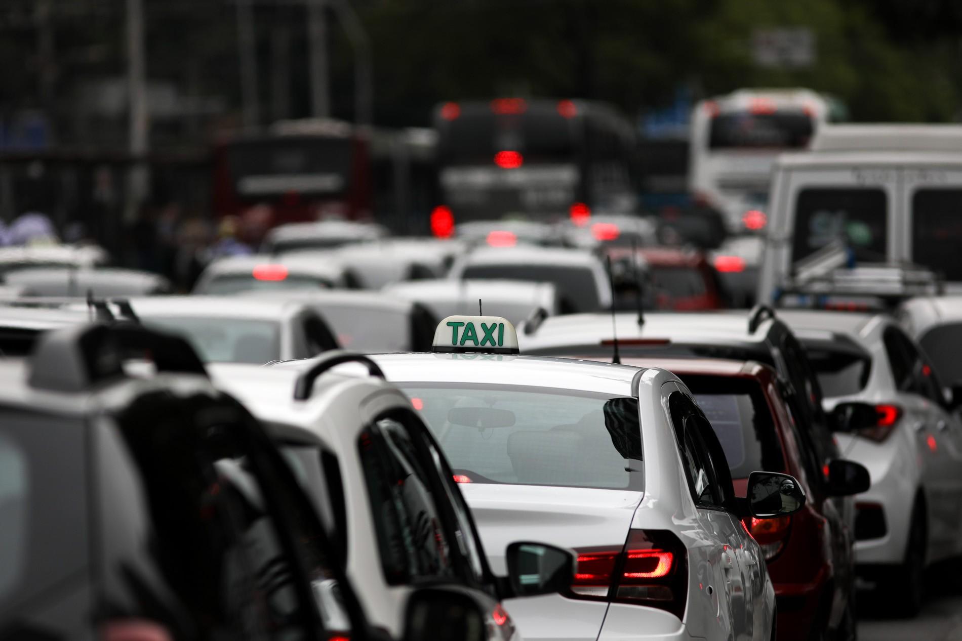 Prefeitura de SP prorroga vencimento do alvará dos taxistas por um ano e sem custos