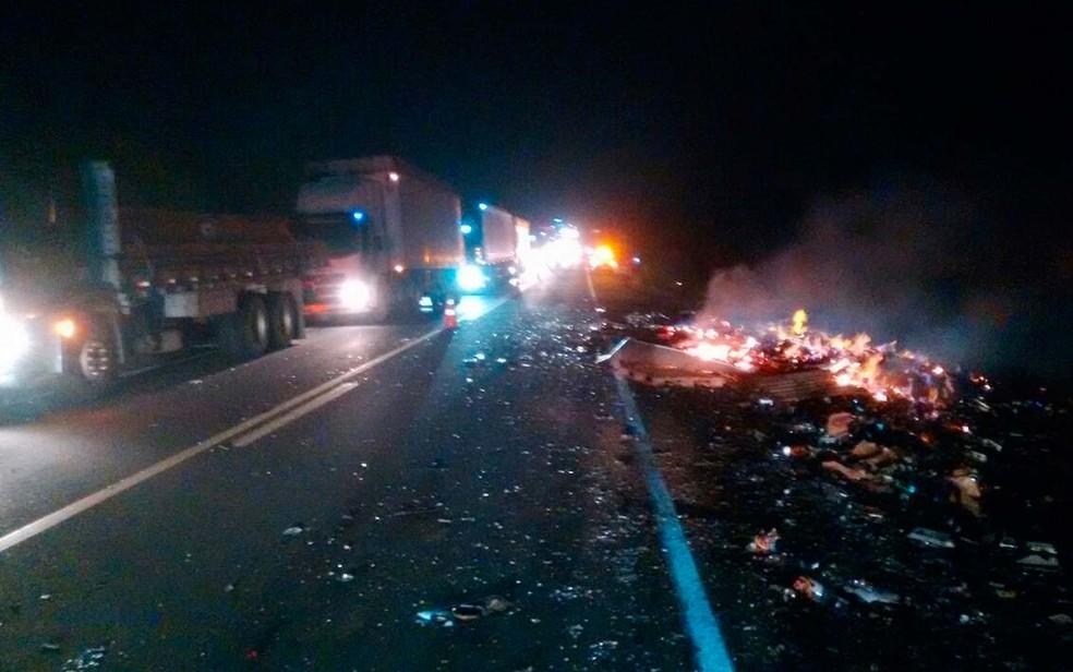 Destroços do ônibus queimado puderam ser vistos no acostamento da  BR-116, na Bahia (Foto: Site Bahia 10)
