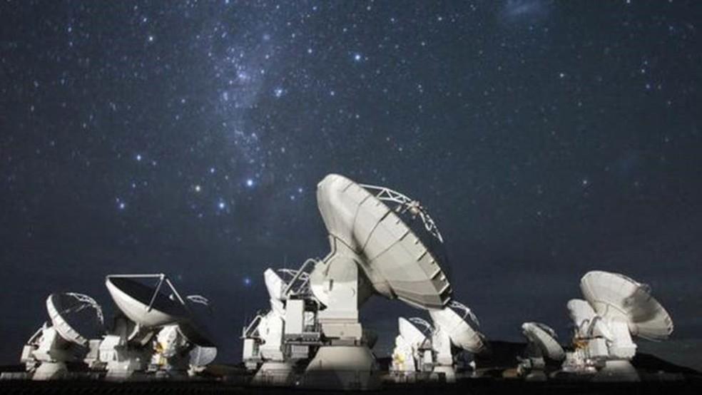 O conjunto de 66 antenas do Alma permite observar os confins do universo, inclusive galáxias muito distantes — Foto: CLEM & ADRIBACRI-NORMIER/ESO