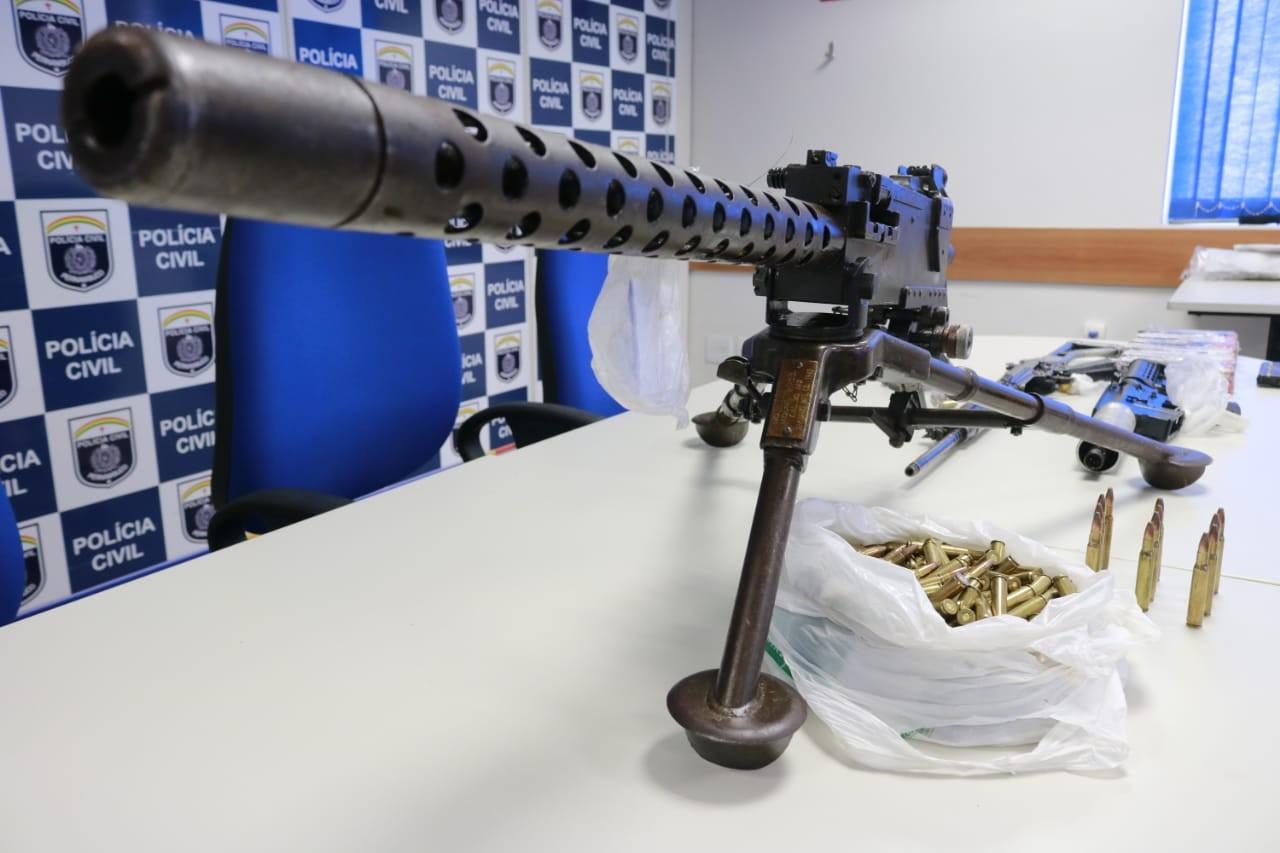 Polícia apreende metralhadora que derruba helicóptero, fuzis, 232 munições e drogas; cinco são presos