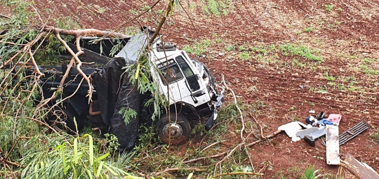 Caminhoneiro sobrevive após veículo cair em barranco na PR-323, em Paiçandu