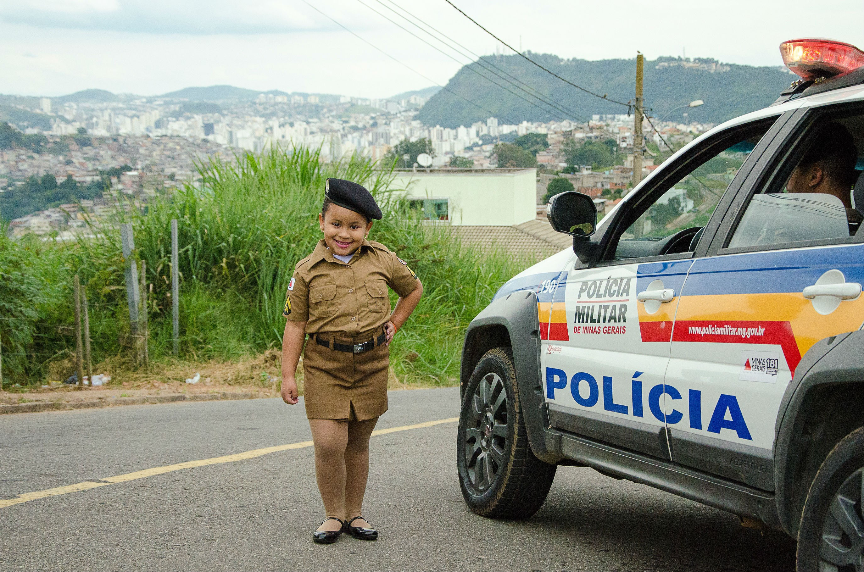 Menina comemora aniversário de cinco anos no batalhão da Polícia Militar em Juiz de Fora