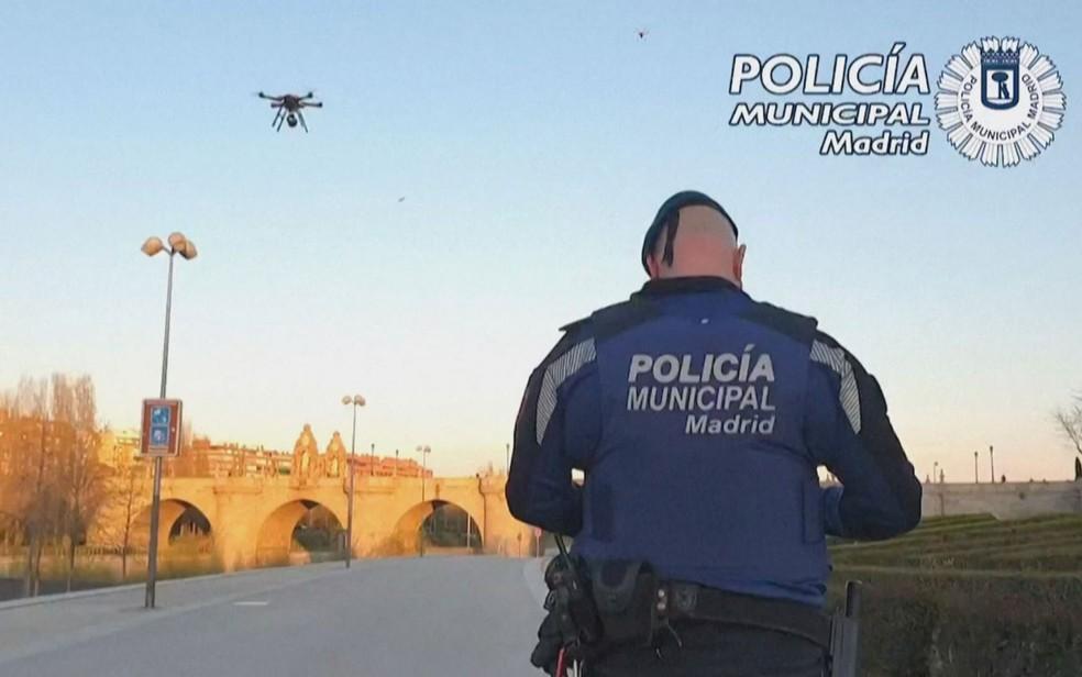 Polícia da Espanha usa drones para pedir que cidadãos saiam das ruas — Foto: Reprodução/BBC