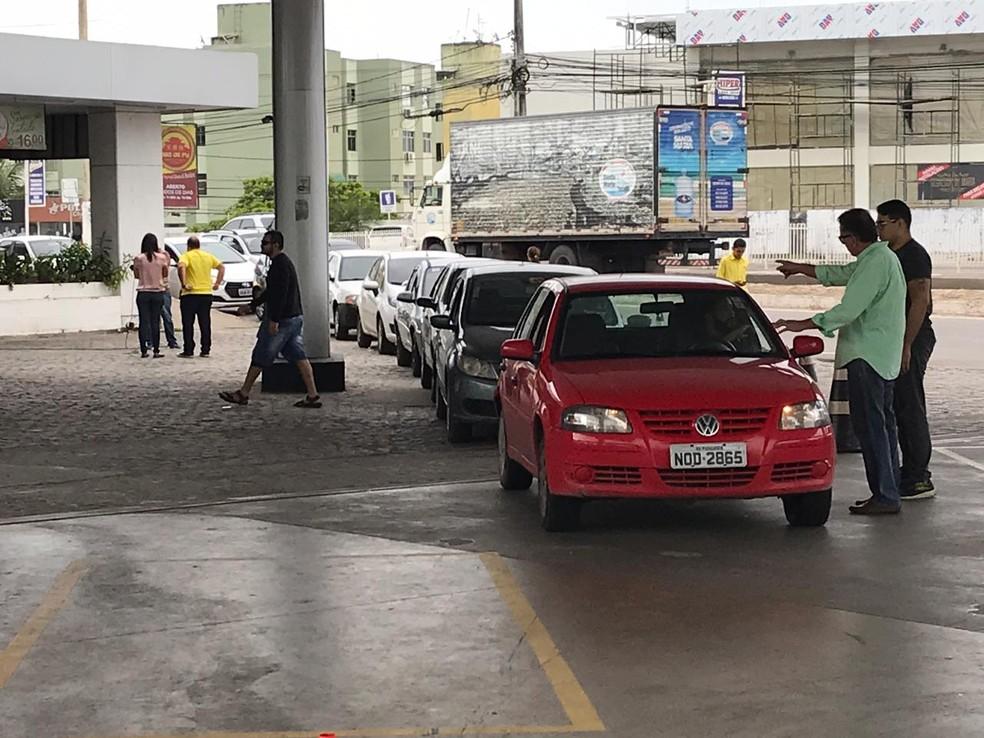 Fila de carros se formou para comprar gasolina a R$ 2,60 em Natal (Foto: Italo Di Lucena/Inter TV Cabugi)