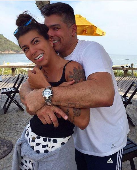 EGO - Petra Mattar posa abraçada com o pai, Maurício Mattar, fazendo careta - notícias de Famosos