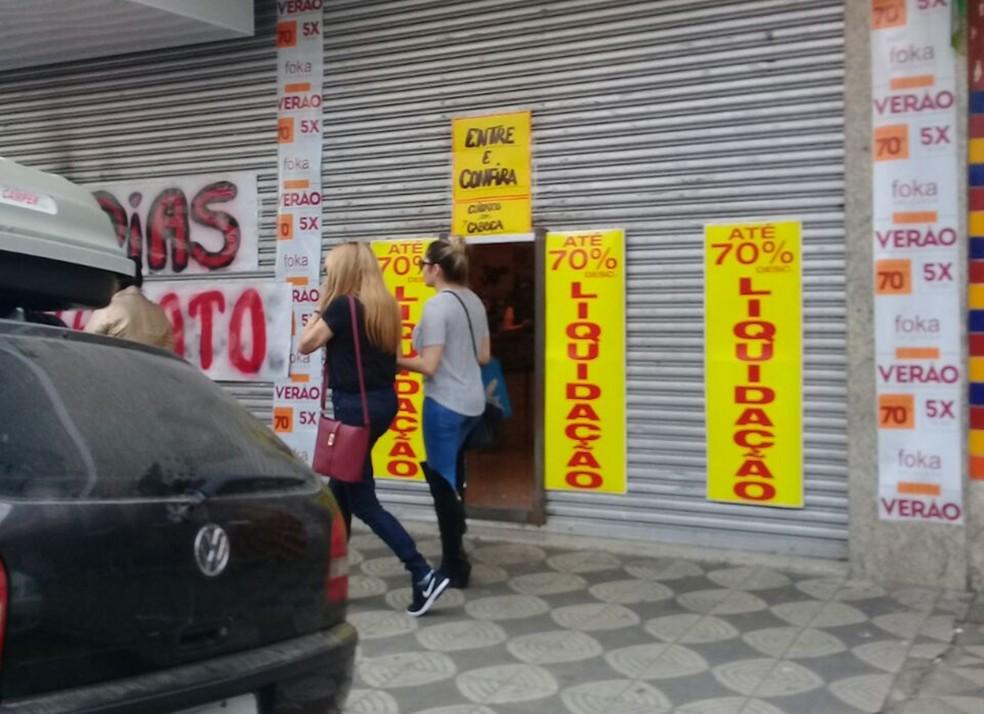 Cadeirante foi impedida de entrar em loja por falta de acessibilidade (Foto: Arquivo Pessoal/Tatiana Santos)