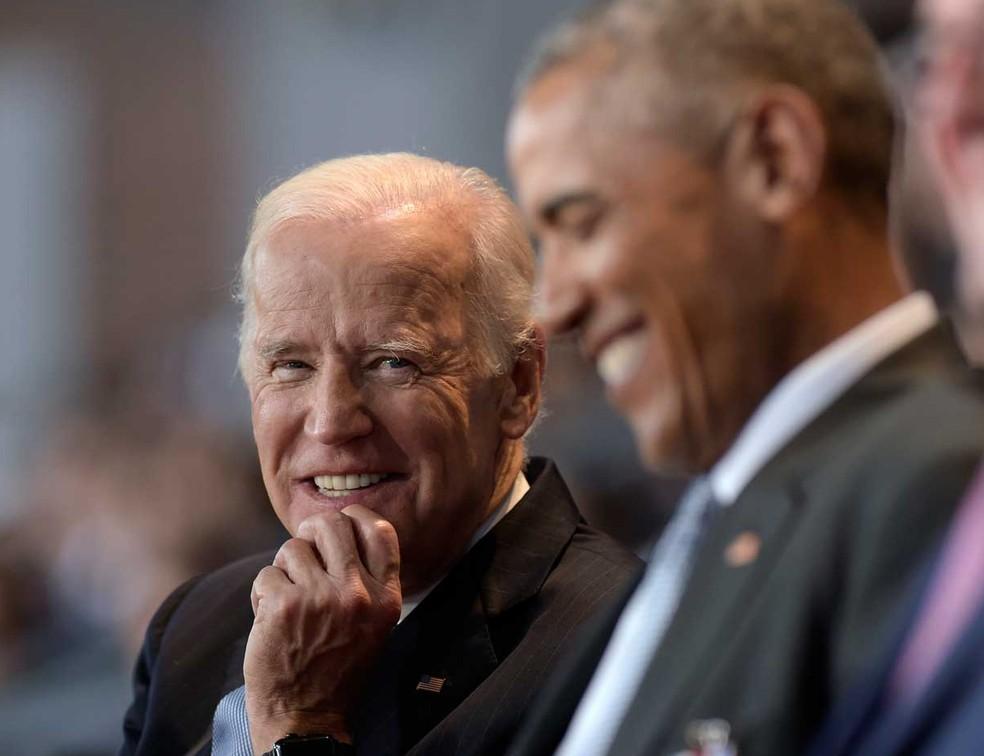 Ex-vice-presidente dos Estados Unidos, Joe Biden, ao lado do ex-presidente Barack Obama em imagem de arquivo — Foto: Susan Walsh/AP