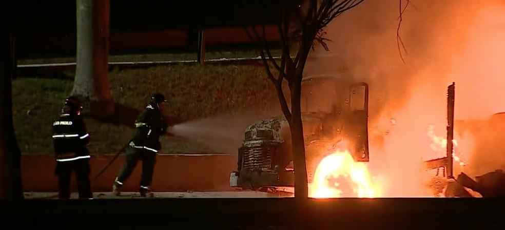 Protesto com queima de veículos causa tumulto na Avenida Fundo do Vale em São José; Bombeiros atuam no local — Foto: Reprodução/ TV Vanguarda
