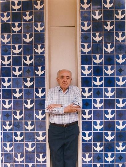 O artista plástico Athos Bulcão em frente a um dos seus paineis (Foto: Fundação athos Bulcão / Divulgação)
