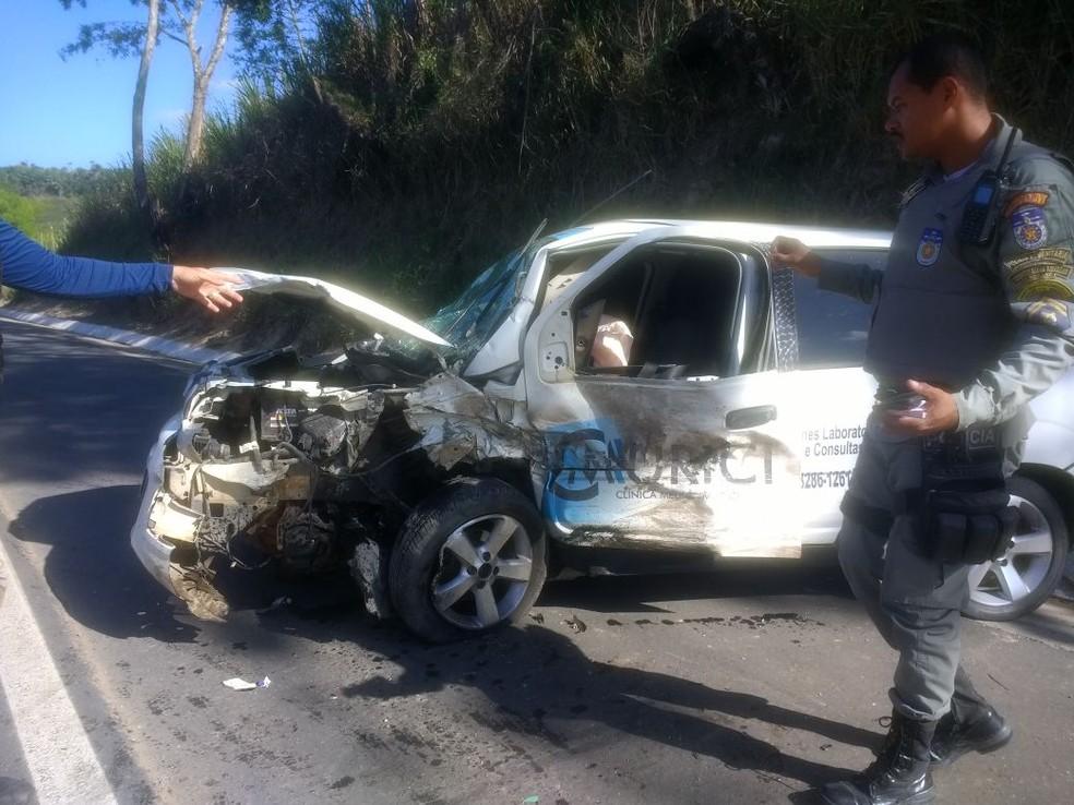 Ambulância ficou destruída por conta do impacto da colisão (Foto: Cabo Milton Araújo/Corpo de Bombeiros)