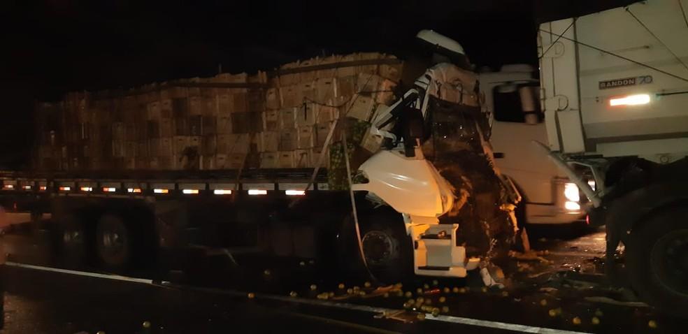 Caminhão foi empurrado contra caminhões que se envolveram em engavetamento — Foto: Divulgação/PRF