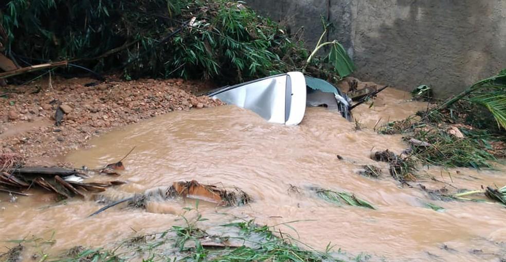 A cidade de Ibirama também foi atingida pelo temporal. Imagem mostra um veículo submerso na cidade. — Foto: Defesa Civil de Ibirama/Divulgação