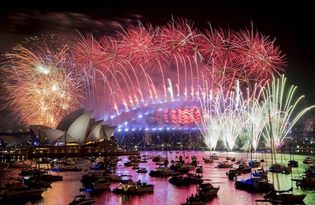 Fogos de artifício marcam a chegada do Ano Novo em Sydney, na Austrália — Foto: Brendan Esposito/AAP via AP