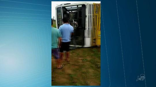 Ônibus escolar capota e alunos ficam feridos em Santana do Acaraú, no CE