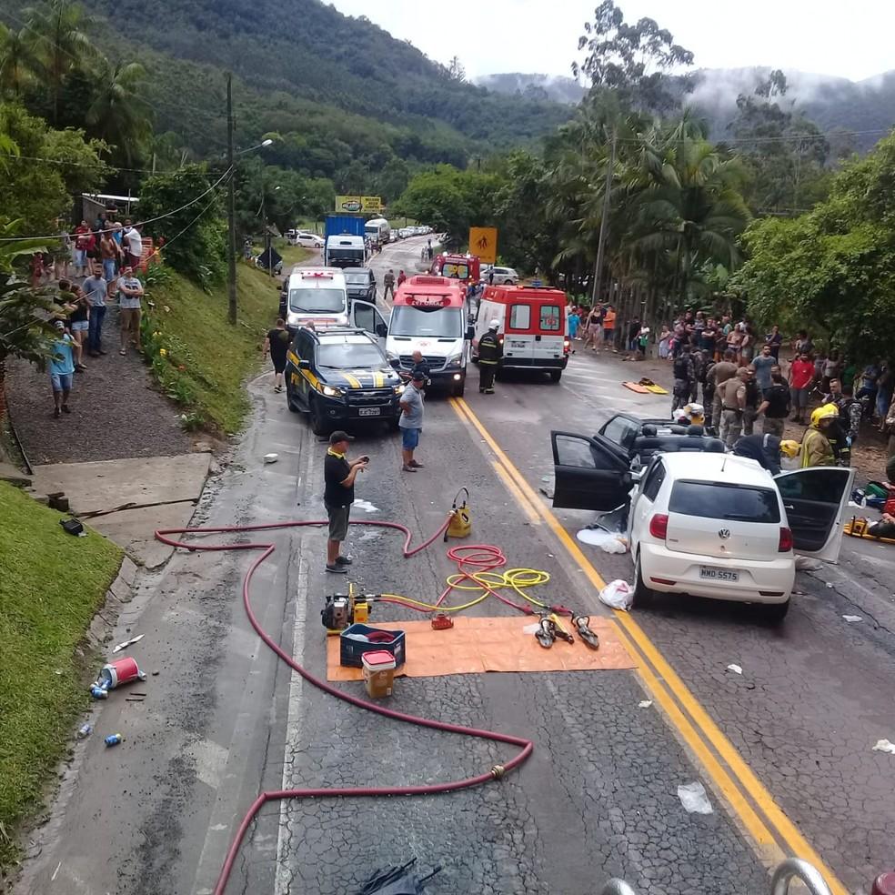 Acidente na BR-470 em Apiúna mobilizou equipes de segurança de toda a região  — Foto: Bombeiros voluntários de Ibirama/Divulgação