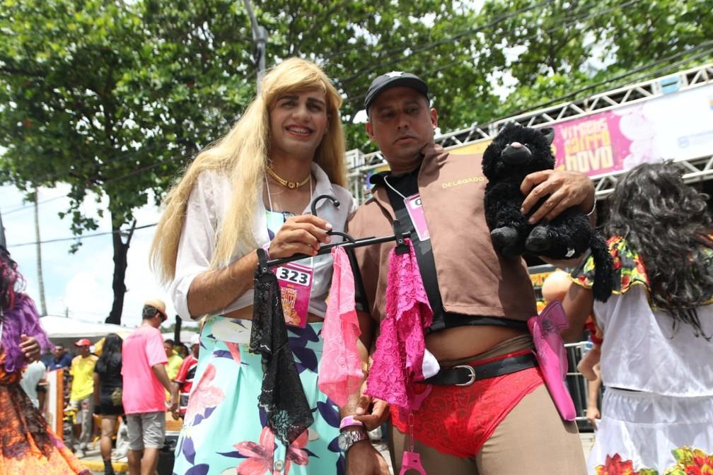 Marcos e Jameson foram ao desfile vestidos como personagens da novela 'O Sétimo Guardião' — Foto: Aldo Carneiro/Pernambuco Press