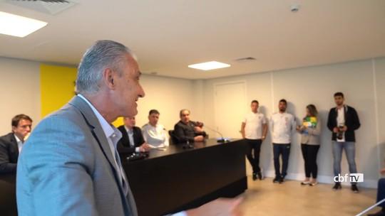 Antes da estreia no Mundial Sub-17, Tite visita da concentração da seleção brasileira