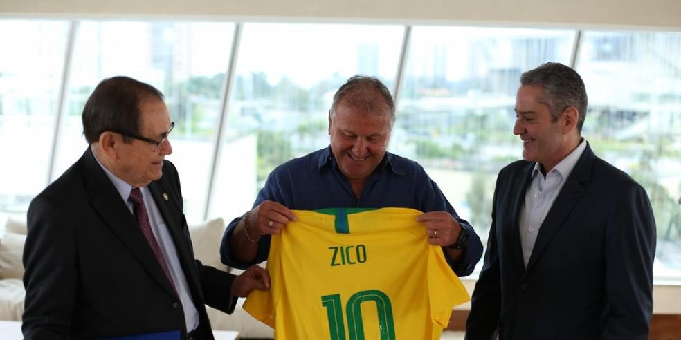 Zico ganha camisa de Antônio Carlos Nunes, presidente da CBF, e Rogério Caboclo, futuro presidente — Foto: João Pedro Moretzsohn / CBF