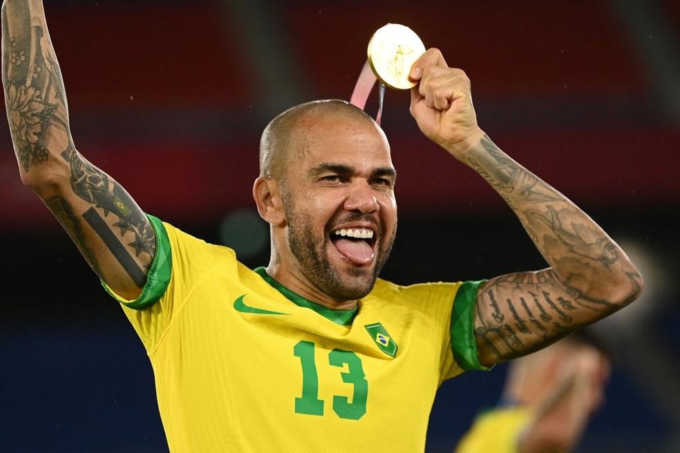 Daniel Alves com a medalha de ouro nas Olimpíadas de Tóquio — Foto: AFP