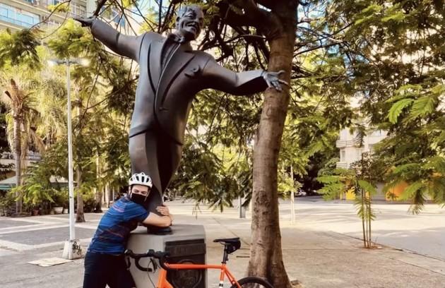 A estátua de Braguinha foi abraçada pelo ator (Foto: Reprodução)