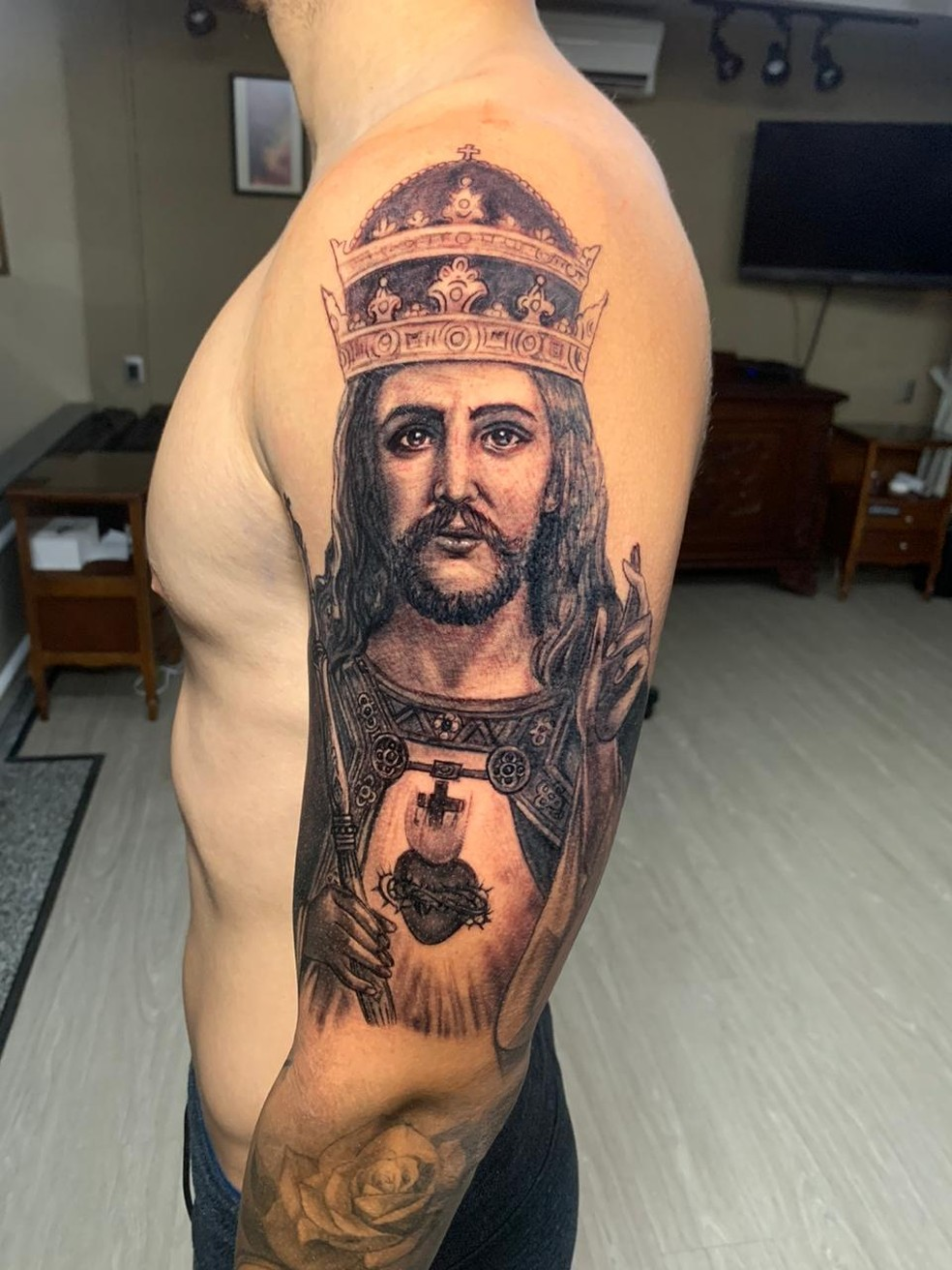 Ricardo Graça, zagueiro do Vasco, cobriu o braço esquerdo com a imagem de Jesus Cristo — Foto: Arquivo Pessoal