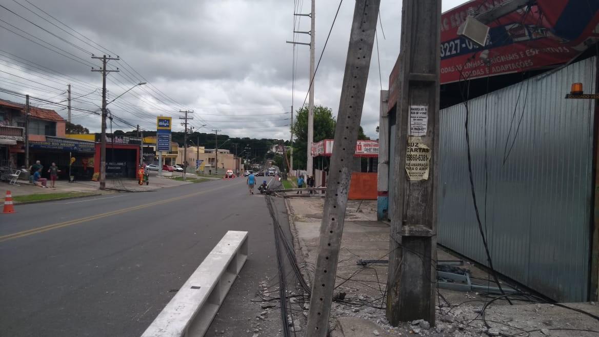 Batida entre dois carros provoca queda em série de postes em Curitiba - Notícias - Plantão Diário