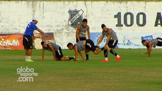 """Com """"carrinho de mão"""", jogadores do ABC treinam para encarar o Paraná"""