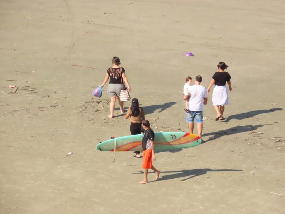 Família passeia na faixa de areia em São Vicente (SP) — Foto: Sérgio Furtado/Arquivo Pessoal