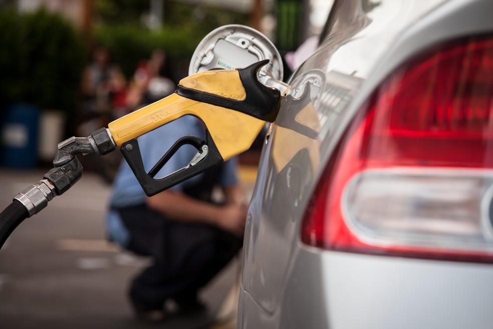 Bomba de combustível abastece carro em posto de São Paulo. gasolina, preço da gasolina, frentista, álcool, diesel, combustíveis, reajuste, aumento. -HN- — Foto: Marcelo Brandt/G1