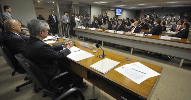 Reunião do Conselho de Ética desta segunda (25), em que os integrantes aprovaram, por unanimidade, o parecer do relator Humberto Costa que recomenda a cassação do mandato de Demóstenes Torres (Foto: José Cruz/ABr)