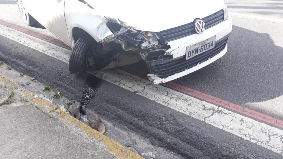 Acidente no Recife deixou destruída a parte dianteira do carro envolvido — Foto: Reprodução/WhatsApp