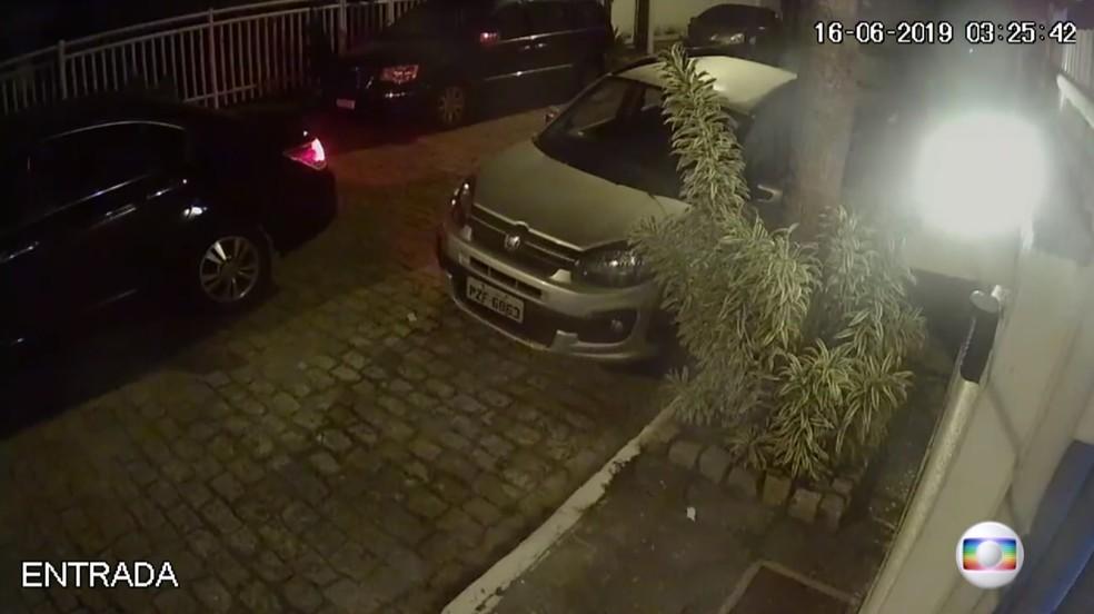3h25 - Carro preto com Flordelis e o pastor Anderson chega à casa â?? Foto: Reprodução/TV Globo