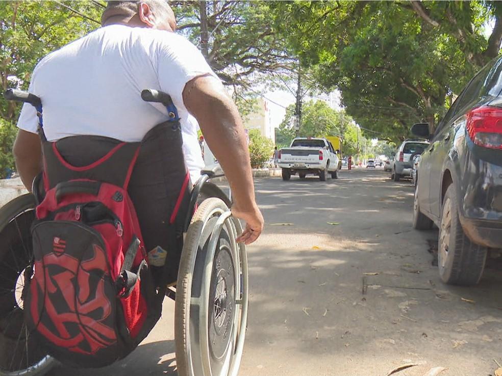 Muitas vezes cadeirantes precisam dividir ruas com carros e motos, sem segurança porque falta acessibilidade em calçadas — Foto: Reprodução/Rede Amazônica