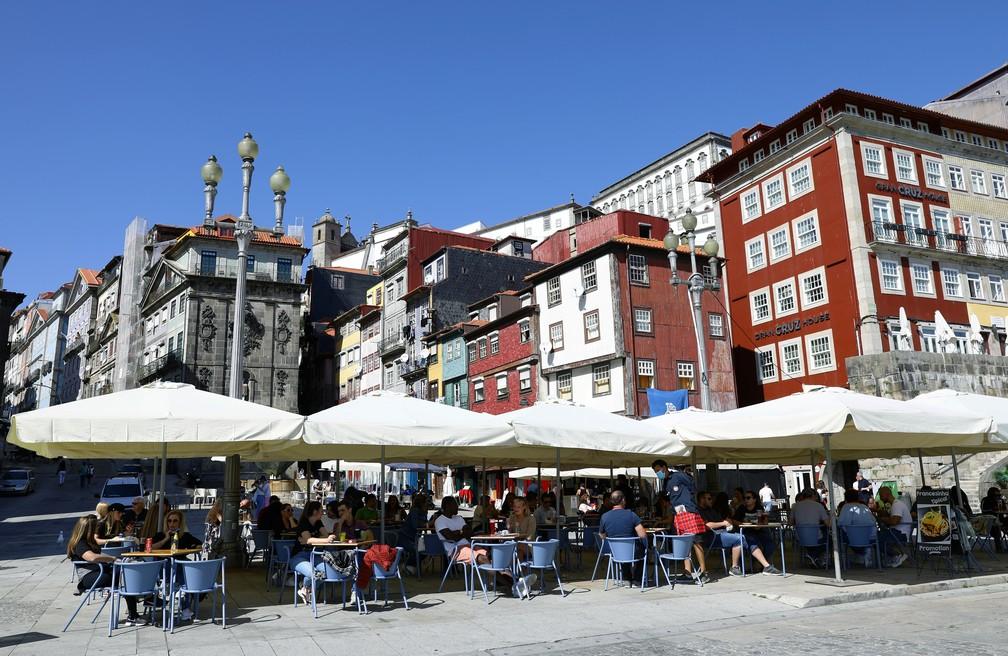 Restaurante com serviço ao ar livre em Porto, Portugal, em foto de 5 de abril de 2021 — Foto: Violeta Santos Moura/Reuters
