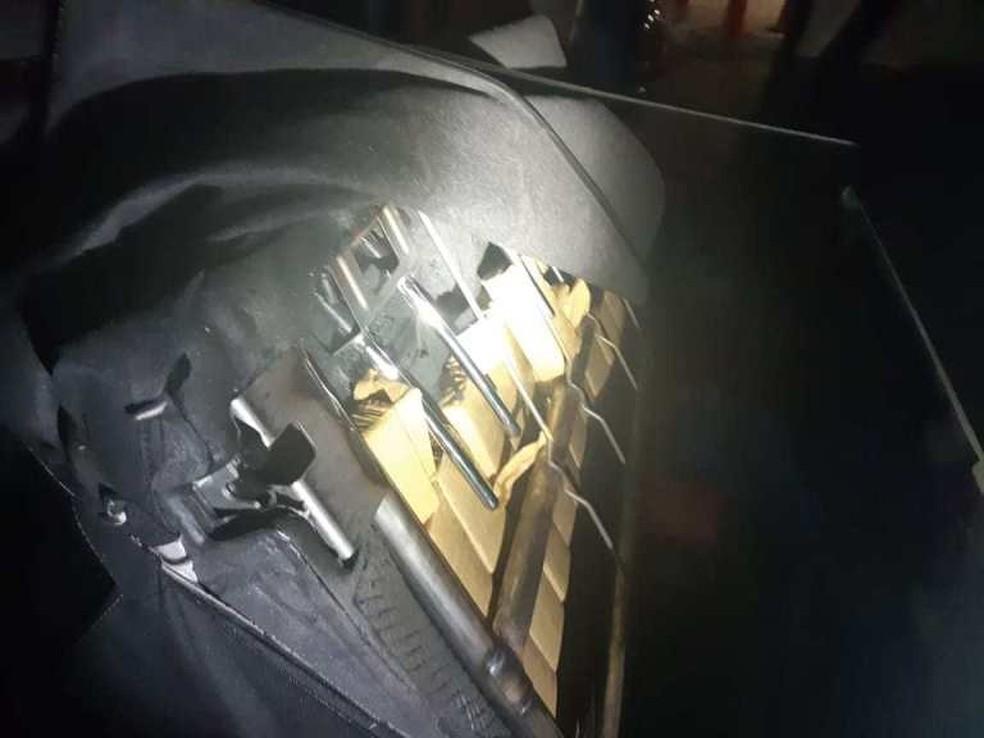 Substâncias foram encontradas escondidas dentro das portas, na estrutura dos bancos, no porta-malas e painel do veículo — Foto: Polícia Rodoviária Federal
