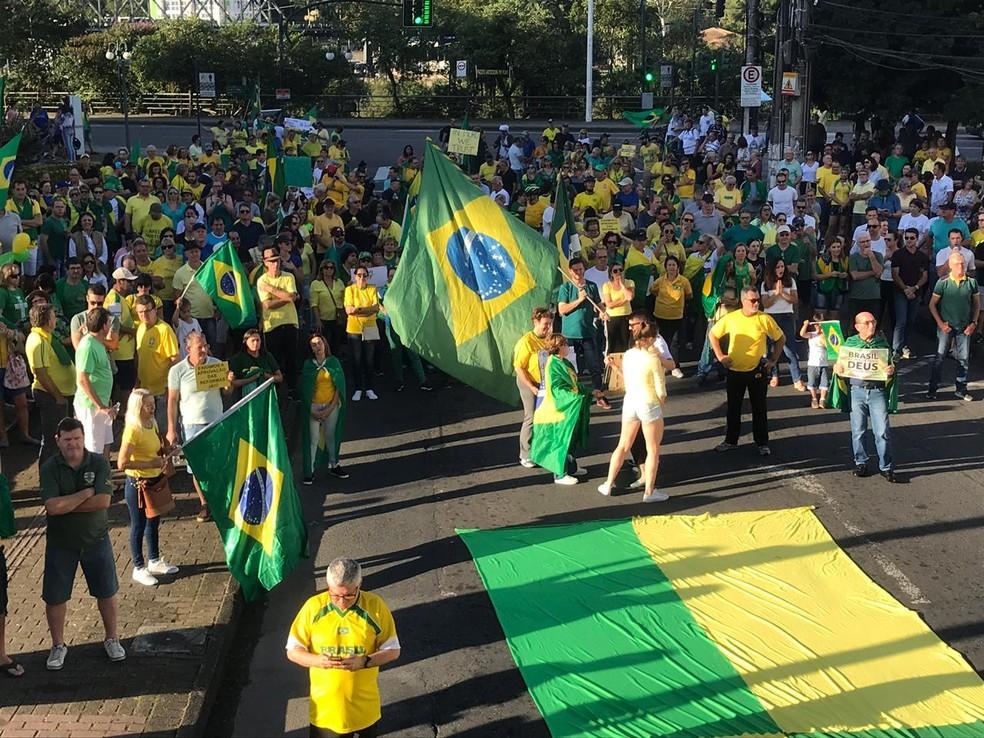BLUMENAU, 16h10: manifestantes se reúnem para protestar a favor do governo federal. — Foto: Fabiano Correia/NSC TV