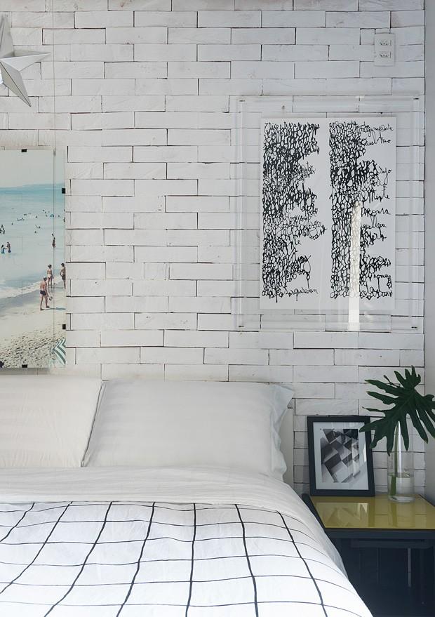 QUARTO | A roupa de cama é da Tok & Stok, e o quadro é de Leon Ferrari, da Papel Assinado. A mesa lateral já era propriedade dos clientes. (Foto: Manu Oristanio)