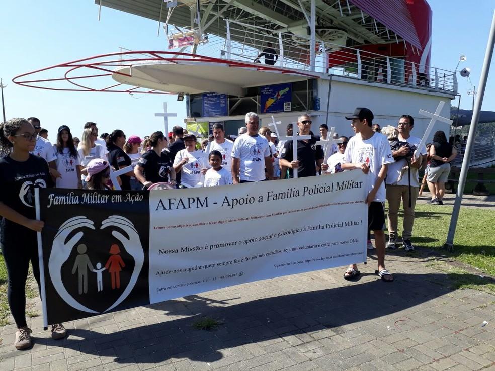 Caminhada da ONG AFAPM aconteceu, nesta quarta-feira, em São Vicente (Foto: Nina Barbosa/G1)