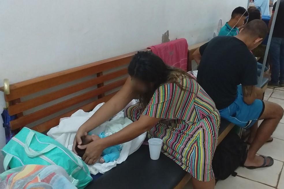Mãe cuida de bebê internado; banco de madeira virou leito — Foto: CRM-AP/Divulgação