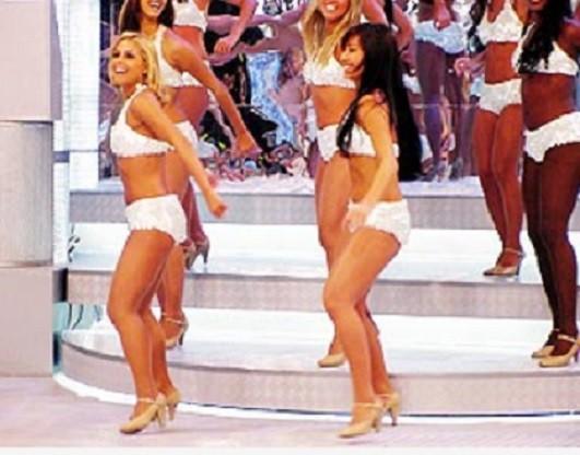 À direita, Sabrina Sato no 'Domingão do Faustão' (Foto: Reprodução)