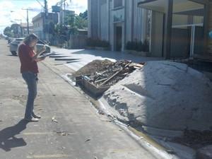 Agente do Conselho de Arquitetura e Urbanismo durante as fiscalizações (Foto: Flávia Fontes/CAU-AP)